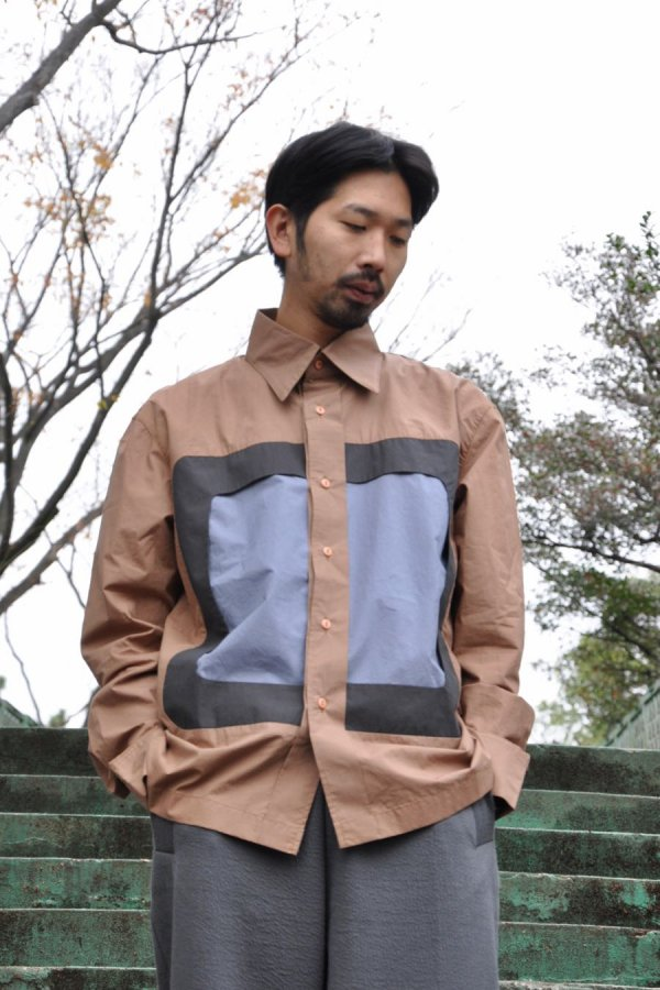Mai Gidah / PANELLED LONG-SLEEVE SHIRT WITH SQUARE CUT OUT FRAME / CAMEL,MULTI