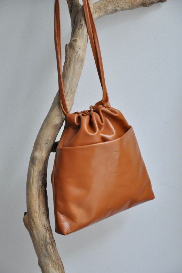 COSMIC WONDER / Light leather drawstring medium bag / BROWN