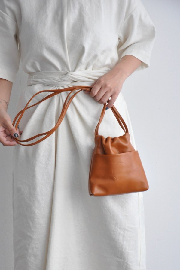 COSMIC WONDER / Light leather drawstring bag / BROWN