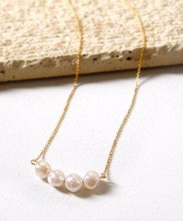 Petit pearl necklace