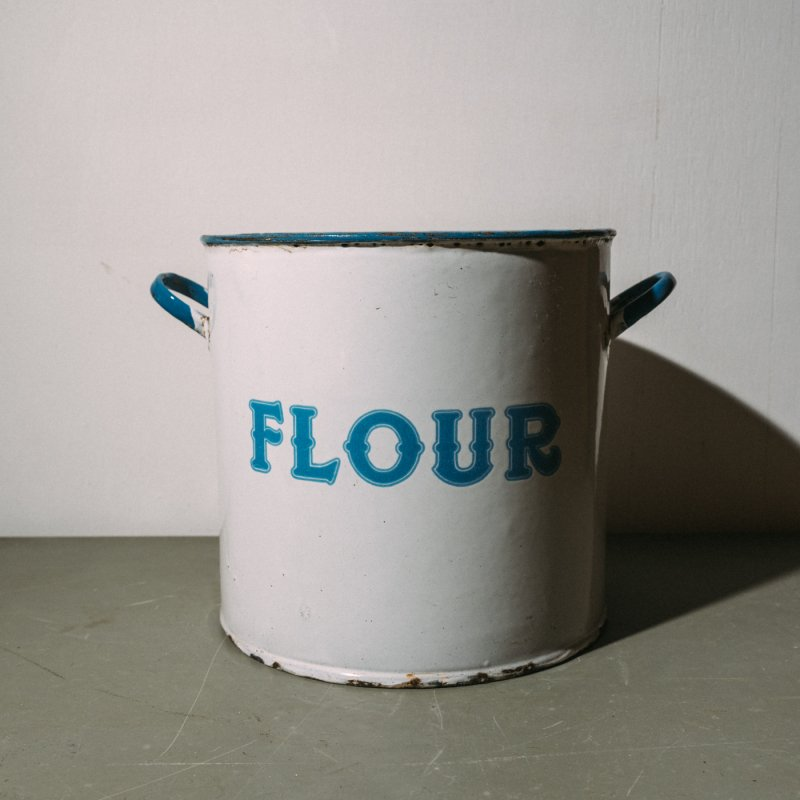 <img class='new_mark_img1' src='https://img.shop-pro.jp/img/new/icons23.gif' style='border:none;display:inline;margin:0px;padding:0px;width:auto;' />ENAMEL POT FLOUR <br>ホーロー ポット