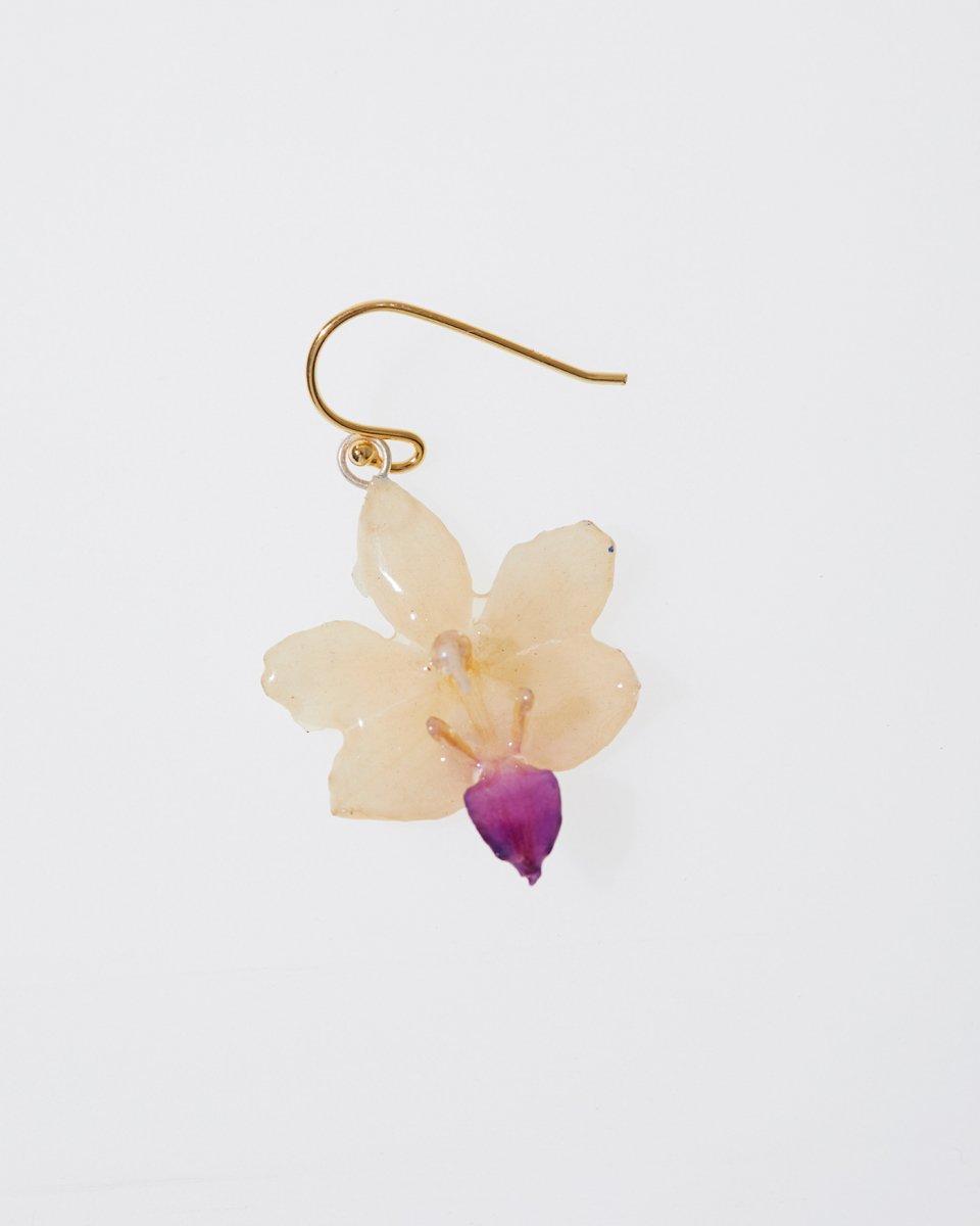 アイボリー色の蘭ピアス - ¥4,290