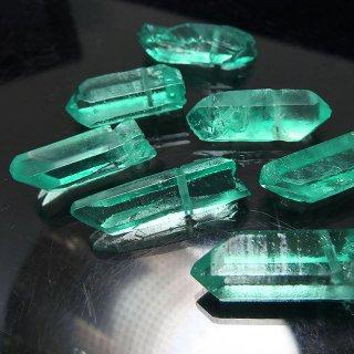 【1粒売り】水晶原石 ポイント グリーン M 22-30x5-10mm cry_pt_M_g