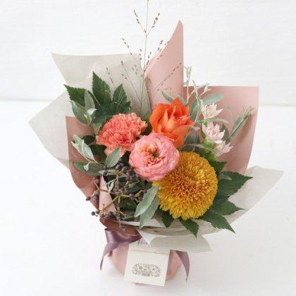 【秋の花贈り 敬老の日にもおすすめ】 立つ花束   オレンジ M