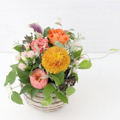 【秋の花贈り 敬老の日にもおすすめ】 バスケットアレンジ オレンジ M