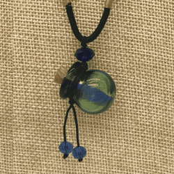 【SALE】 小さなガラス瓶のアロマペンダント 青緑ストライプ・丸型(メール便可)長さ調節可能・香りを胸元に♪