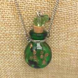 【メール便・送料無料】小さなガラス瓶のアロマペンダント PSK12 グリーン2種 ワードローブや気分に合わせて香りを胸元に。可愛いガラスのアクセント♪
