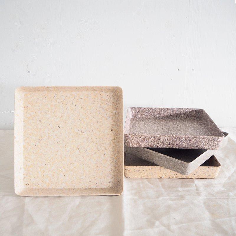 コーヒー豆の殻で作られた万能トレー   竹繊維を使用したBAMBOOと、コーヒー殻やもみ殻などの植物ファイバーを使用したHUSK。 どちらも土に還りやすいエコ素材を使用したトレーです。 別売りのプラントポットを4つぴったり並べることが可能で、多種栽培も映えるデザインです。    バンブーファイバーやもみ殻・コーヒー豆の殻やナッツの殻、麦わらなど天然素材を原料とした植木鉢は、土に入れると3年~5年で分解する性質をもち、自然環境への負荷を減らした地球に優しいECOな商品です。 天然素材を原料にしているため、色のブレが生じたり、色ムラ・かすれ等も見られる場合がございます。 落としたり強い衝撃を与えたりすると割れますので、お取り扱いには十分にご注意ください。  【スタッフからの一言】 もともとは植木鉢として作られている商品ですが、私は色々な使い方ができる万能トレーだと思います。 小物入れにしても良し、お皿として使っても良し。 エコ素材を使用した商品らしい、淡く優しい見た目。 私たちスタッフも新しい使い方を日々見つけて楽しんでいます! 豆苗を育て始めたスタッフも。  【商品について】 サイズ:W 19.5(T)×D 19.5(T)×H 3? 素材:RESIN、BAMBOO、CHAFF、COFFEE HUSK、STRAW POWDER、NUTS HUSK ブランド:Horn Please