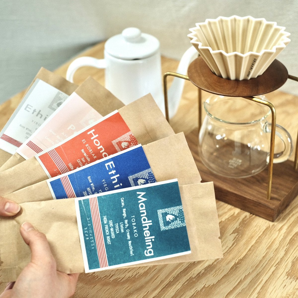 初めての皆さまへ、タビノネのコーヒーを    タビノネのコーヒー豆お試しセットが新しく登場しました!浅煎りから深煎りまで、タビノネで特に人気の5種を1つに。 初めてタビノネのコーヒーを飲む方、焙煎度合いや生産国ごとに味を飲み比べしてみたい方にお得な送料無料のおすすめのセットです。 各コーヒー豆の詳細を載せている豆カードや、淹れ方のレシピ帳も一緒にお届けいたします。    浅煎りから官能的な完熟ベリーのような香りを持つ「エチオピアイルガチェフェ」とオレンジのような華やかでクリーンな風味が際立つ「バリ パックスラマット」。 中煎りから深煎りには、スタッフ人気No.1の「ホンジュラスエルロブラルCOE」、ダントツ人気の「グアテマラ アルトメディナ農園」、深煎りでオレにもぴったりの「インドネシアマンデリン」をセットにしました。 お気に入りのコーヒー豆を見つけてみてください。    【スタッフからの一言】 焙煎度合いや生産地、淹れ方、飲み方、色々な選択肢があって、お気に入りのコーヒーを見つけるのってなかなか大変。 でもたくさんの選択肢があるからこそ、コーヒーって面白いんです。 コーヒーをこれから始める方、好みの豆が見つからない方、タビノネのコーヒーを試してみたい方、みなさまにおすすめです。淹れ方のレシピも同封いたしますので、ぜひ参考にされてくださいね!    【商品について】 エチオピアイルガチェフェ 50g インドネシアバリパックスラマット 50g ホンジュラスエルロブラル 50g グアテマラアルトメディナ 50g インドネシアマンデリントバコ 50g  【おすすめの淹れ方ワンポイント】 浅煎り豆:30秒蒸らし後、6~7投に分けて細く25cc〜35ccずつ注いでください。蒸らしをいれて1分45秒以内での抽出がオススメです。  深煎り豆:30秒蒸らし後、6~7投に分けて細く25cc〜35ccずつ注いでください。蒸らしをいれて1分50秒〜2分10秒での抽出がオススメです。  【豆量と湯量】  1杯分 15g 160cc 2杯分 21g 320cc  ※焙煎日は10日以内のものをお届けします。 粉を選ばれる方、挽き方にご指定ありましたら備考欄にお願いします。    【お届けについて】 「お試しセット」を単品でご注文のお客様はゆうパケット便でのお届けとなります。 他の商品と同時ご購入の際には、ゆうパック及びチルド便でのお届けとなりますのでご了承くださいませ。  ※配送日のご指定は不可となります。ご注文から6日以内にお届けとなります。ご不在時はご自宅のポストへ投函されます。
