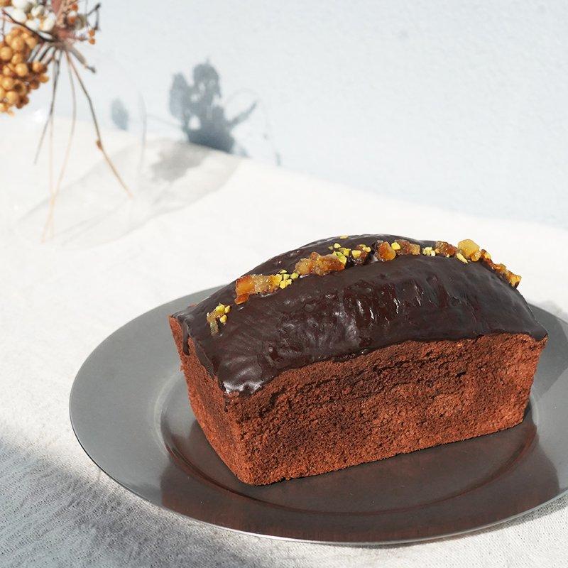 「オランジュ・ショコラ」     オレンジピールを入れて焼き上げた生地に、たっぷりとチョコレートでコーティング。 上にのせたピスタチオがアクセント。 オランジェットをギュッと1本のケーキにしたような味わいです。 爽やかなオレンジの香りが濃厚なチョコレートの中に広がる華やかなケーキです。    昨今、目まぐるしく変わる状況の中、家族や恋人、大切な友人との繋がりや愛を再認識する機会が増えました。 会いたい人に会う、ただそれだけのことが当たり前でなくなっています。 大切な方へ想いを込めて贈る、特別なギフトとして。 タビノネが皆さまに代わり、心を込めてお贈りいたします。 自分へのご褒美にはもちろん、親しい友人へのプチギフトにも。  ・内容量 1本 ・賞味期限 製造日から14日間 ・保存方法 冷蔵で保存し、開封後はお早めにお召し上がりください。 ・配送日のご指定希望は注文日から5日以降のお日にちを備考にご記入ください。  【スタッフからの一言】 普段は買わないちょっぴり贅沢なお菓子を買って大切に食べる1日。 自分へのご褒美と大切な人へのプレゼントをにどうぞ!  【原材料】 バター/上白糖/卵/薄力粉/ココアパウダー/オレンジピール/オレンジリキュール/アーモンドプードル/ベーキングパウダー/ピスタチオ