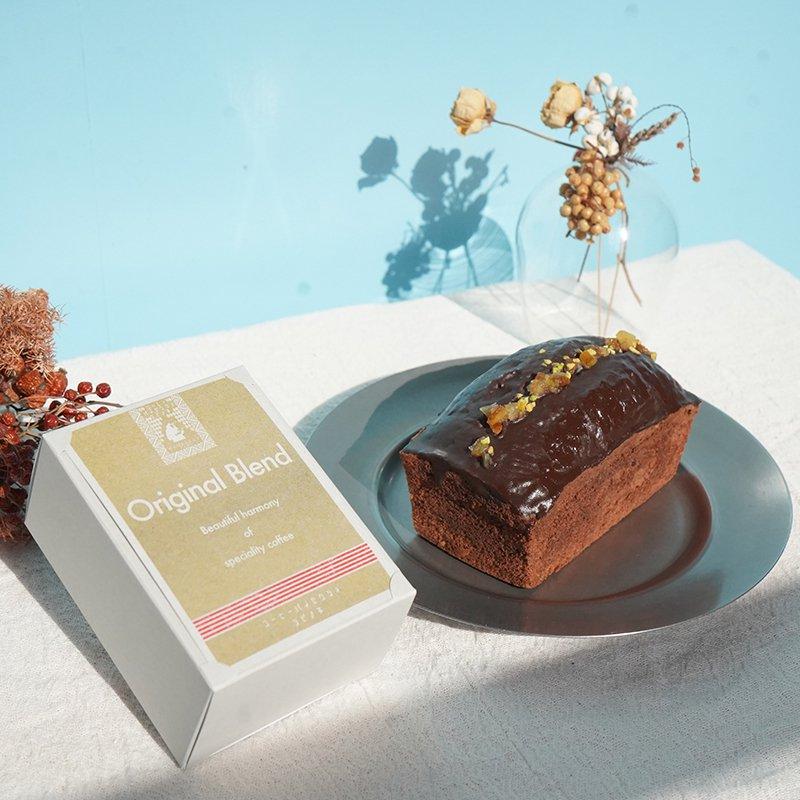 オランジュ・ショコラと季節のブレンド「RUM CHOCOLATE」のセット     オランジュ・ショコラ     オレンジピールを入れて焼き上げた生地に、たっぷりとチョコレートでコーティング。 上にのせたピスタチオがアクセント。 オランジェットをギュッと1本のケーキにしたような味わいです。 爽やかなオレンジの香りが濃厚なチョコレートの中に広がる華やかなケーキ。   季節のブレンド「RUM CHOCOLATE」     今冬のブレンドは「RUM CHOCOLATE(ラムチョコレート)」。 ラム酒のような奥深い香り、ラムレーズンにチョコレートを纏わせたような甘く複雑な果実味か特徴。 チョコレートをひとくち、コーヒーをひとくち、家でゆっくり飲みたくなる。そんな光景を思い浮かべながら作りました。  【スタッフからの一言】 普段は買わないちょっぴり贅沢なお菓子を買って大切に食べる1日。 自分へのご褒美と大切な人へのプレゼントをにどうぞ!  【セット内容】 ・季節のケーキ「オランジュ・ショコラ」×1本 ・季節のブレンド「RUM CHOCOLATE」150g×1(豆/粉)  【オランジュ・ショコラについて】 ・内容量 1本 ・賞味期限 製造日から14日間 ・保存方法 冷蔵で保存し、開封後はお早めにお召し上がりください。 ・配送日のご指定希望は注文日から5日以降のお日にちを備考にご記入ください。   【原材料】 バター/上白糖/卵/薄力粉/ココアパウダー/オレンジピール/オレンジリキュール/アーモンドプードル/ベーキングパウダー/ピスタチオ