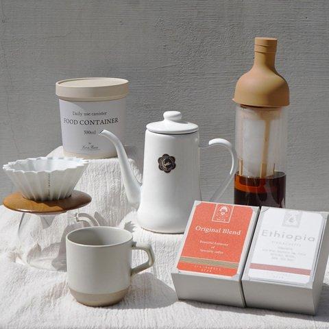 春のおうちカフェセット    新しい暮らしを始める人、今ある暮らしを少しアップデートしたい人、そんな方々にオススメのセットをご用意しました。 どれも生活に馴染むデザインで、コーヒー以外の用途にも使える商品です。 これから新生活を始める方への贈り物としてや、ご自身のおうちカフェ用にも是非○ お家で美味しいコーヒーが飲めるって良いですよね。   エチオピアイルガチェフェ    コーヒーの生まれの地エチオピア。その中でも最高峰の産地で知られるイルガチェフェ地区。 現地の農協によって高いクオリティが毎年維持されています。標高1800メート以上の寒暖差の激しい土地で生まれる生まれる官能的なフレーバー。   季節のブレンド 「春のあめ」    まろやかで水飴のような甘い飲み口。冷めてくると完熟したプラムのような味わいを感じます。 心華やぐような華やかさと甘い余韻をお楽しみいただければ幸いです。   オリガミドリッパー・ホワイト    雑味を抑え、クリーンな香味を生み出す 豆本来の味を引き出す 機能性を追求した美濃焼のドリッパー。 鮮やかなカラーリングと縦溝が、 まるでオリガミを折ったような見た目はコーヒーの時間を華やかにしてくれます。   月兎印コーヒーポット・ホワイト    やかんからポットに移し若干温度を下げ、ドリップにも最適な細い注ぎ口で美味しいコーヒーが味わえます。 また直火にもかけられ、水本来のまろやかな味わいを楽しめます。 シンプルで美しい曲線のフォルムが愛らしく、見るものを楽しませてくれますよ。   KINTO コーヒーサーバー 300m    ゆるやかなフォルムや落ち着いた色合い、あたたかみのあるデザインが心をほぐします。 ポットには抽出量が分かる目盛りがデザインされています。   フィルターインコーヒーボトル    コーヒー粉と水だけで水出しのアイスコーヒーが作れるボトルです。 本体についているストレーナーにコーヒー粉を入れ、少しずつゆっくりと水を注ぐだけ。 注ぎ終えたら、ボトルを左右に振って粉と水を馴染ませます。 あとは冷蔵庫で8時間。 夜に作れば、朝には美味しい水出しコーヒーが出来上がります。   スモールマグ    陶器のような素朴で有機的な肌触りとマットな質感がありながら、波佐見焼ならではの高温焼成でしっかりち焼き締められています。 砂岩土に含まれた鉄分などの成分が釉薬に作用し、味わい深い表情が生まれています。 1本の指でもしっかりと持ちやすく安定するよう設計されています。指にフィットする心地よい指あたりです。   フードキャニスター    バンブーファイバーとコーンスターチからなる有機資源を原料にした容器は自然環境への負荷を減らし、環境に優しくエコな商品なのも魅力です。コーヒー豆はもちろん、挽いた後のコーヒー粉は特に劣化が早いのでぜひキャニスターに入れて保管してください。  ------------------------------------------------------- 【セット内容】 ・エチオピアイルガチェフェ 150g(豆、粉) ・季節のブレンド 「春のあめ」  150g(豆、粉) ・ドリッパー(ORIGAMI・ホワイト) × 1 ・コーヒーポット(月兎印・ホワイト) × 1 ・コーヒーサーバー(KINTO) 300ml × 1 ・フードキャニスター(Horn Please) × 1 ・フィルターインコーヒーボトル(HARIO) × 1 ・スモールマグ (KINTO) 300ml × 1 ------------------------------------------------------- 【ドリッパー】 メーカー:ORIGAMI サイズ :Φ 110mm × 高さ 70mm / 底穴Φ25mm 材質  :磁器/ 耐熱温度差120℃、電子レンジ、食洗機使用可 原産国 :日本 ------------------------------------------------------- 【コーヒーサーバー】 メーカー:KINTO サイズ :φ85mm × 高さ 90mm x 幅 130 mm 容量  :450 ml 重量  :約120 g 容量  : 300ml ------------------------------------------------------- 【コーヒーポット】 メーカー:月兎印 カラー :ホワイト サイズ :幅 19.5mm × 奥行き 9.5mm × 高さ 160mm 重量  :420g 容量  :0.7L 材質  :ホーロー カラー :ホワイト  ※IH非対応(底面の径が小さいため、IH調理器が反応しない場合がございます。) ※ロゴマーク部分はシールと