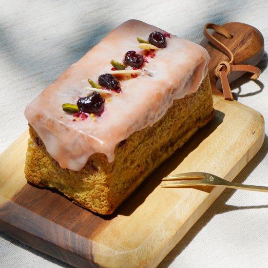ピスタチオとチェリーのケーキ   6月からの果物といえば、さくらんぼとチェリー。 そのなかでも、アメリカンチェリーに近い品種の