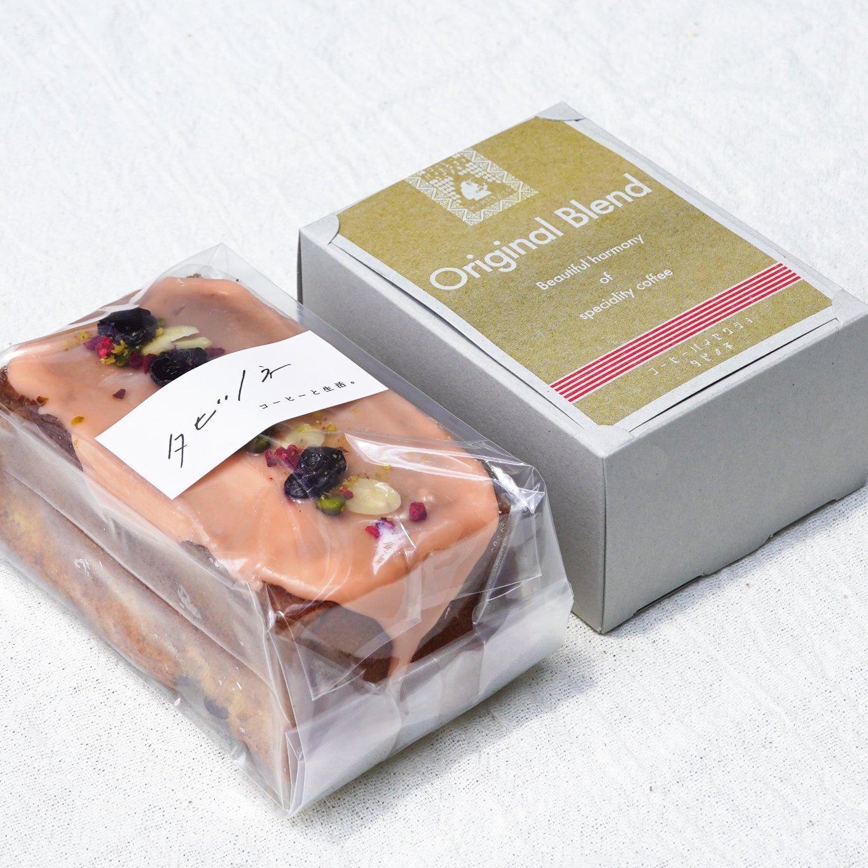 ピスタチオとチェリーのケーキと季節のブレンド「琥珀のしずく」のセット   単品よりお得に季節のケーキとブレンドをお楽しみいただけるセット。   ピスタチオとチェリーのケーキ    6月からの果物といえば、さくらんぼとチェリー。 そのなかでも、アメリカンチェリーに近い品種の