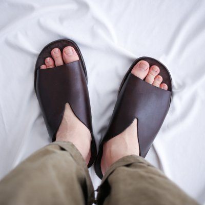 """<img class='new_mark_img1' src='https://img.shop-pro.jp/img/new/icons7.gif' style='border:none;display:inline;margin:0px;padding:0px;width:auto;' />BRADOR """"V-Cut Leather Slide Sandal"""""""