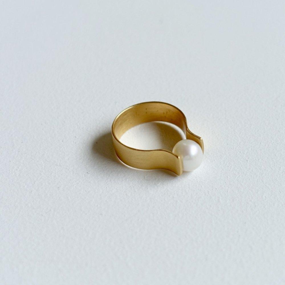 curvy pearl ring