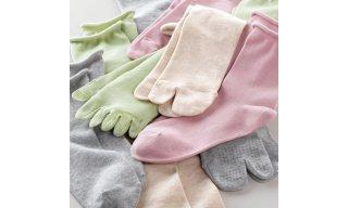 すべり止めの付いた綿の靴下