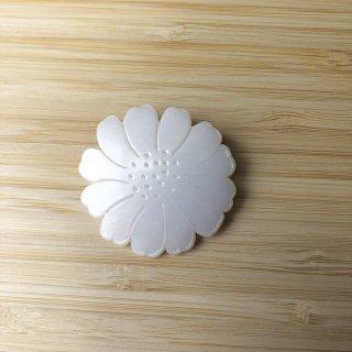 ブローチ 白い花