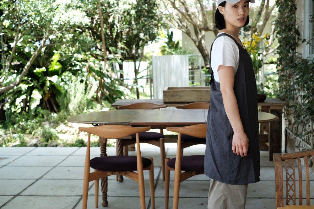 《ベトナムで作ってきたリネンのエプロン(墨色)》