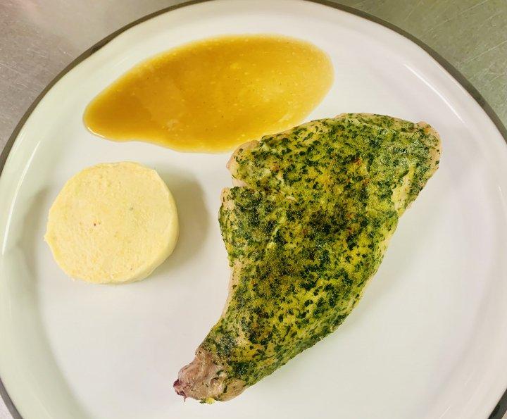 《NEW》ウサギのもも肉、ハーブと柚子胡椒、クリーミーポレンタ<br />Leg of rabbit coated with herbs and yuzu-kosho, creamy polenta