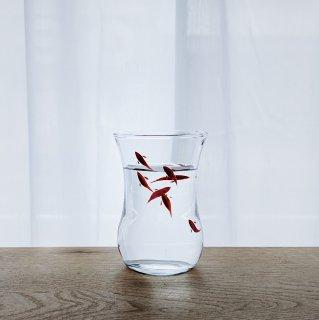 テーブルの上を漆塗りの金魚が泳ぐ チャイティーグラス/江藤 雄造(江藤漆美術工芸)