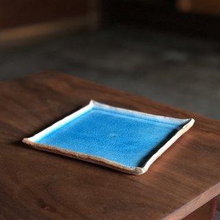 鮮やかなペルシアンブルーが目を引く 津軽焼の角皿/小山 陽久(津軽千代造窯)