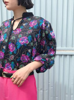 <img class='new_mark_img1' src='https://img.shop-pro.jp/img/new/icons50.gif' style='border:none;display:inline;margin:0px;padding:0px;width:auto;' />Diane Freis Black Floral Blouse