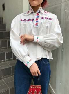 <img class='new_mark_img1' src='https://img.shop-pro.jp/img/new/icons50.gif' style='border:none;display:inline;margin:0px;padding:0px;width:auto;' />Vintage Embroidered Blouse