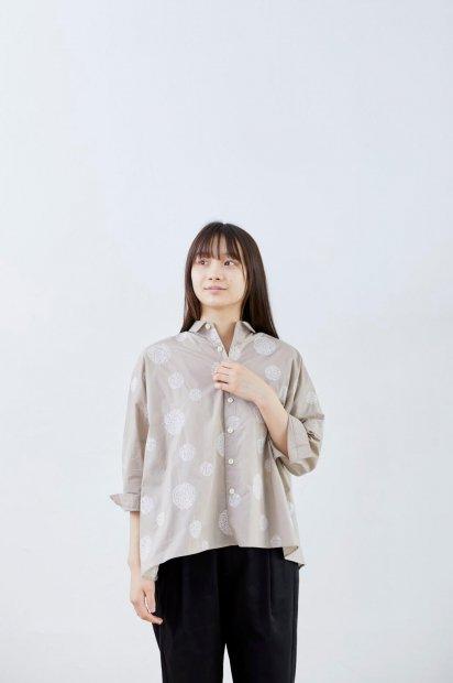 マリモ刺繍<br>シャツカラー<br>ビッグブラウス<br>7分袖<br><ベージュ>