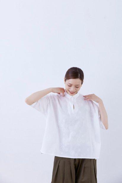 スムースコットン&<br>nukka刺繍<br>シャツカラー<br>7分袖<br>ワイドプルオーバー<br><シロ>