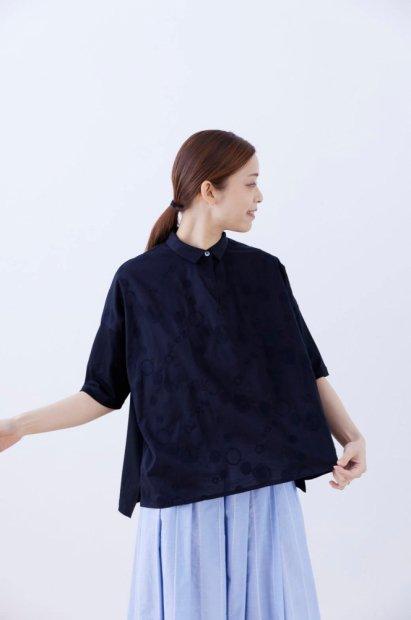 スムースコットン&<br>nukka刺繍<br>シャツカラー<br>7分袖<br>ワイドプルオーバー<br><クロ>