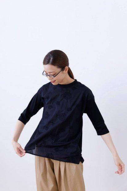 アナベル刺繍<br>クルーネック<br>7分袖プルオーバー<br><クロ >
