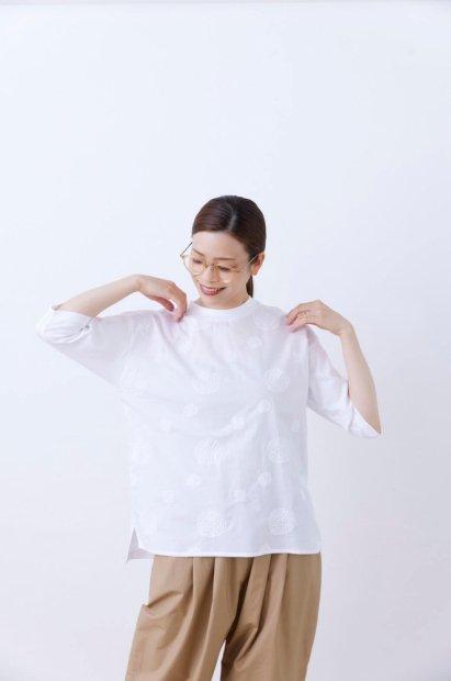 アナベル刺繍<br>クルーネック<br>7分袖プルオーバー<br><シロ>