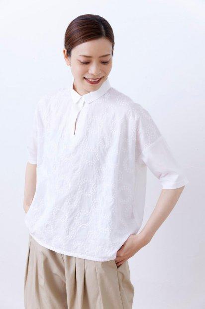 波紋刺繍<br>シャツカラー<br>7分袖<br> ワイドプルオーバー<br><シロ>