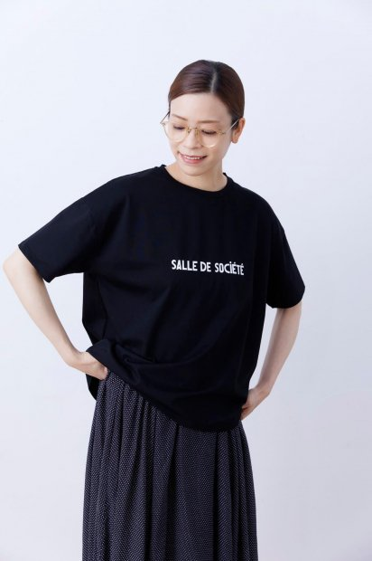 半袖<br>プリントTシャツ<br>【Salle de Société】<br><クロ>