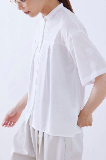 ドット刺繍<br>ベルトカラー<br>タックブラウス5分袖<br><シロ>