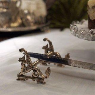 王家の象徴グリフォンの飾りのサーバーレスト(ペア)