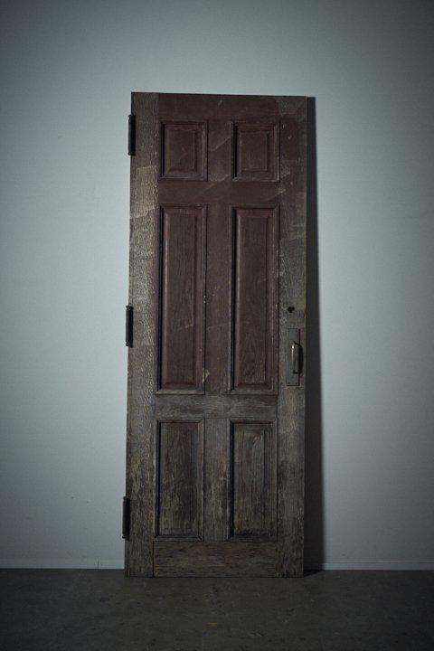 重厚な木製扉