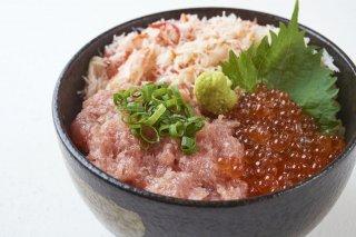 【送料無料】豊洲海鮮丼、3種の満足セット(4〜5人前)うに、いくら、ネギトロが入った、豊洲市場の海鮮丼セットをご自宅でお楽しみいただけます!