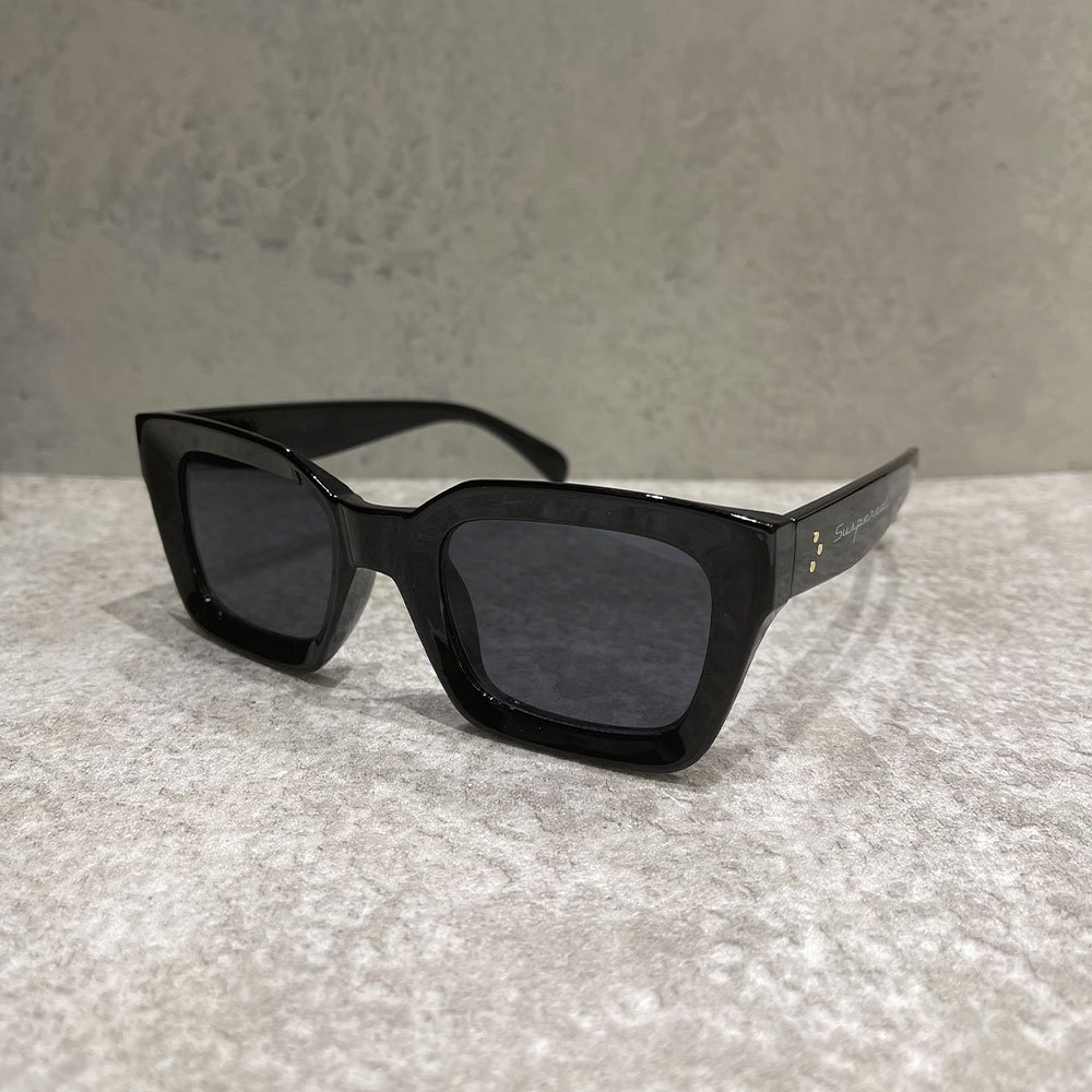 SUS by. SUSPEREAL/  BOX SUNGLASS (BLK/BLK)