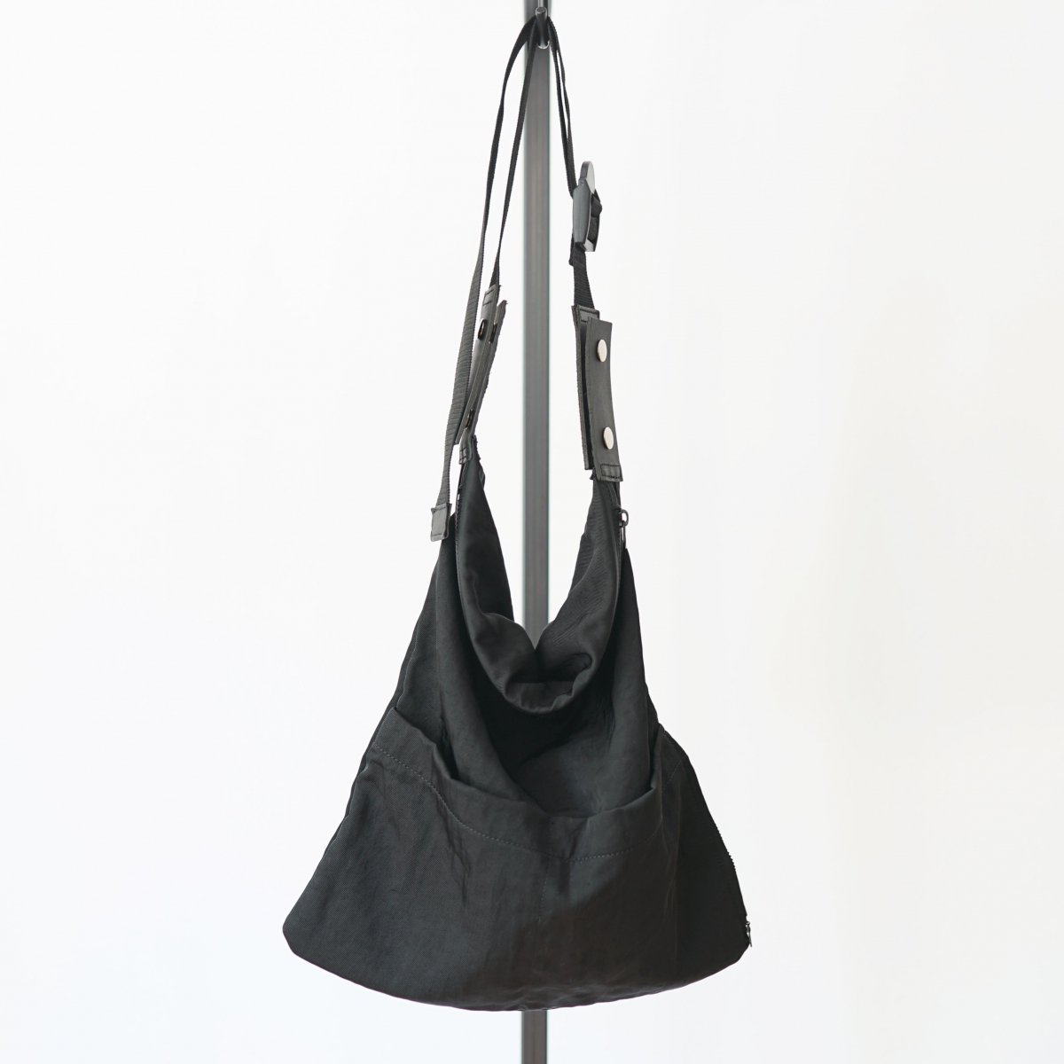 【WHOWHAT フーワット】WRAP BAG S - BLACK
