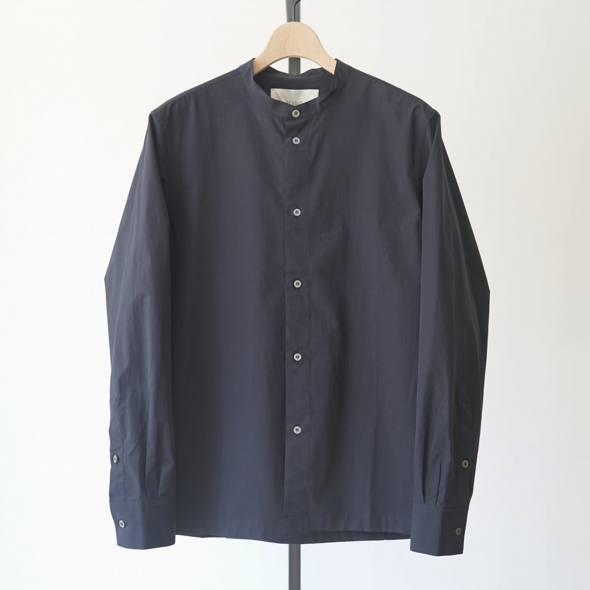 【STUDIO NICHOLSON スタジオニコルソン】POWDER COTTON BOWLING PLEAT COLLARLESS SHIRT - DARK NAVY