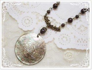 天然石黒蝶貝シェル薔薇文とアンティークカラーのネックレス