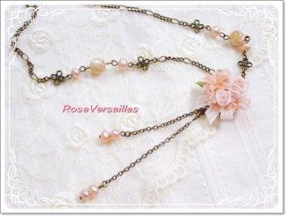樹脂薔薇ブーケサーモンピンクとマザーオブパールのネックレス