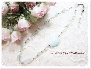 ほんのりパステルグリーン・ブルーと白とお花のロングネックレス