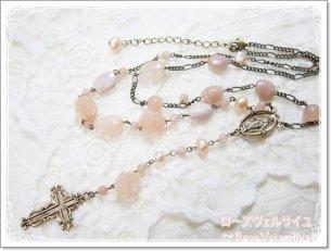 アベンチュリン薔薇とムーンストーンのピンクオレンジ色マリア様ロザリオ風十字架ロングネックレス