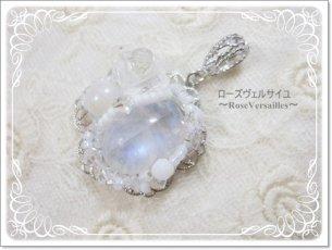 「雪薔薇☆姫」レインボームーンストーンと水晶薔薇とスワロフスキーのペンダントトップ