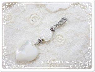 ホワイトシェル薔薇とマザーオブパールハートのペンダントトップ