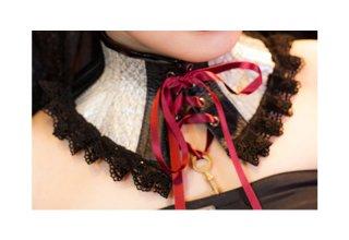 ネックコルセット 黒×白爬虫類型押し(赤リボン)