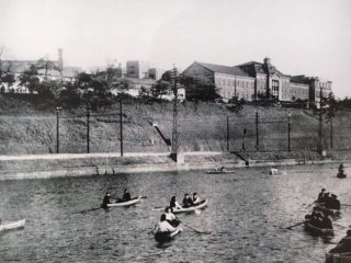 HUMUポストカード(外濠に浮かぶボートと校舎遠景)